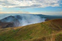 Actieve vulkaankrater Stock Afbeelding