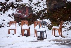 Actieve Zware Sneeuwval - Dikke Laag van Sneeuw op Grond en Stoelen - Extreem Koud Weer - Samenvatting stock afbeelding