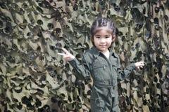 Action asiatique de soldat de fille avec l'uniforme vert de soldat ou de pilote Photographie stock libre de droits