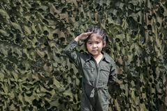 Action asiatique de soldat de respect de fille avec l'ONU vert de soldat ou de pilote Photo libre de droits
