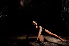 Action au sol de danseur de poudre discrète photographie stock libre de droits