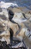 Action côtière de roche en place et de vague photographie stock