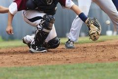 Action de base-ball - boule contagieuse de receveur (boule dans l'image) Photo stock