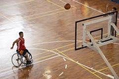 Action de basket-ball de fauteuil roulant des hommes Photo stock