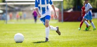 Action de footballeur sur le stade Jeu de tournoi du football de la jeunesse Image stock