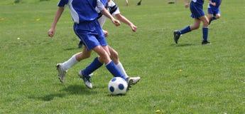 Action de l'adolescence du football de la jeunesse photos libres de droits