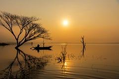Action de pêcheur quand filet de pêche sur le lac pendant le matin de soleil image libre de droits