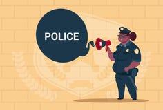 Action de planification de femme de police d'afro-américain sur le conseil blanc portant le fond femelle uniforme d'On Blue Brick Images libres de droits
