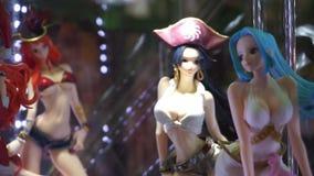 Action figure dei caratteri femminili di manga giapponese a Romics video d archivio