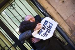 The action of a group of people free hugs on the streets of Barcelona, the inscription in Spanish on posters free hugs. BARCELONA, SPAIN - 14 JANUARY 2018: The Royalty Free Stock Photography