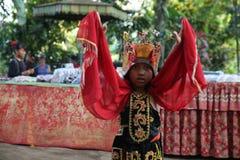 Action par les jeunes orphelins d'un cacao, d'un café et d'une plantation d'épice au village de Kalibaru dans Java Indonesia est images stock