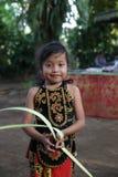 Action par les orphelins d'un cacao, d'un café et d'une plantation d'épice au village de Kalibaru dans Java Indonesia est Photo stock