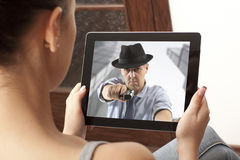 Actionfilm auf Tablette Stockfotografie