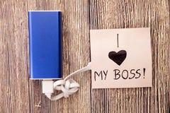 Actionnez la banque avec un morceau de papier autour, en ayant l'amour des mots I que mon patron est présent Aimez pour un dirige images stock