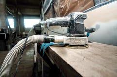Actionnez la machine d'amortisseur utilisée pour polir des voitures dans le service automatique Photos stock