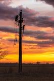 Actionnez le pylône avec les lignes cassées dans le crépuscule Image libre de droits