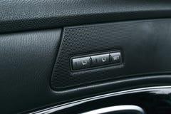 Actionnez les boutons de contrôle de siège d'une voiture de tourisme, détails intérieurs de voiture moderne avec le cuir perforé  Photographie stock