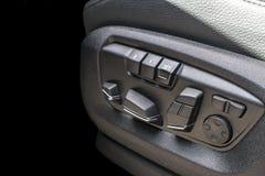 Actionnez les boutons de contrôle de siège d'une voiture de tourisme, détails modernes d'intérieur de voiture Photos libres de droits