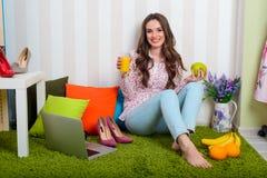 Actions de blogger de beauté mangeant des astuces images stock