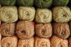 Actions de laine de tricotage verte Image libre de droits