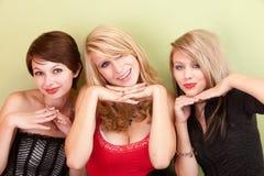 Actitud adolescente atractiva de tres muchachas con sus manos Foto de archivo