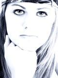Actitud adolescente de la muchacha en tonos azules Foto de archivo