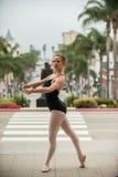 Actitud agraciada del ballet en el nivel de la calle Imagen de archivo libre de regalías