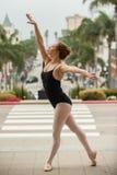 Actitud agraciada del ballet en el nivel de la calle Foto de archivo