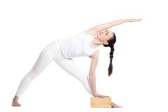 Actitud ampliada yoga del triángulo con los apoyos Imagen de archivo libre de regalías