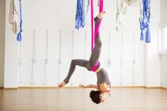 Actitud antigravedad aérea de la yoga de la inversión de la estrella, exerciseses de la mujer con la hamaca Imagen de archivo