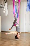 Actitud antigravedad aérea de la yoga de la inversión de la estrella, exerciseses de la mujer con la hamaca Fotos de archivo