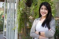 Actitud asiática de la mujer en el café al aire libre adulto femenino joven con natura Foto de archivo libre de regalías