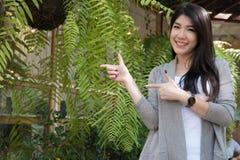 Actitud asiática de la mujer en el café al aire libre adulto femenino joven con natura Imágenes de archivo libres de regalías
