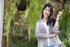Actitud asiática de la mujer en el café al aire libre adulto femenino joven con natura Foto de archivo