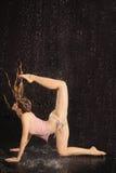 Actitud atractiva de la muchacha de la ropa interior bajo el jet de agua Imagenes de archivo