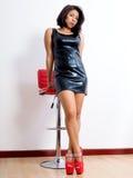 Actitud atractiva para la mujer bonita en zapatos rojos atractivos Imagen de archivo