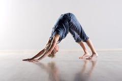 Actitud boca abajo de la yoga del perro Foto de archivo libre de regalías