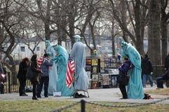 Actitud con la estatua de la libertad Foto de archivo