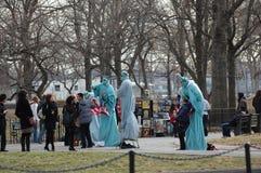 Actitud con la estatua de la libertad Fotos de archivo libres de regalías