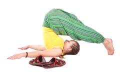Actitud de Halasana de la yoga Imagen de archivo