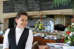 Actitud de la camarera en el restaurante Fotografía de archivo