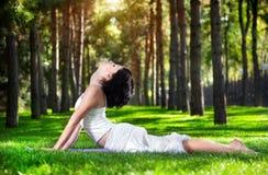 Actitud de la cobra de la yoga en el parque Imagen de archivo