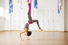 Actitud de la langosta de la inversión en aero- yoga anti de la gravedad Ejercicios aéreos Imagen de archivo