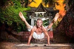Actitud de la luciérnaga del titibhasana de la yoga Imágenes de archivo libres de regalías