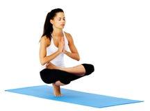 Actitud de la montaña de la mujer de la yoga Foto de archivo libre de regalías