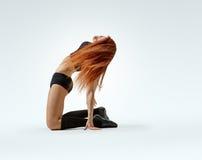 Actitud de la muchacha de baile en rodillas Imágenes de archivo libres de regalías
