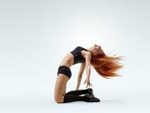 Actitud de la muchacha del bailarín en piso Imagen de archivo