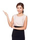 Actitud de la mujer con la palma abierta fotos de archivo
