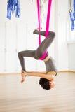 Actitud de la paloma de la inversión en aero- yoga anti de la gravedad Ejercicios aéreos Fotografía de archivo