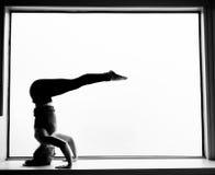 Actitud de la yoga adentro en alféizar Imagen de archivo